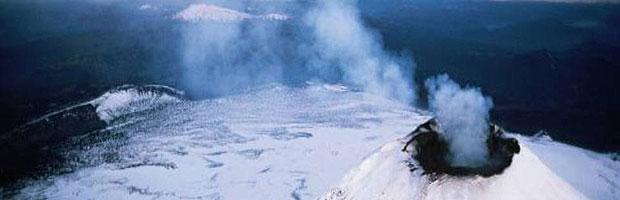 Guardaparques del Parque Nacional Villarrica evacuados tras erupción del volcán.