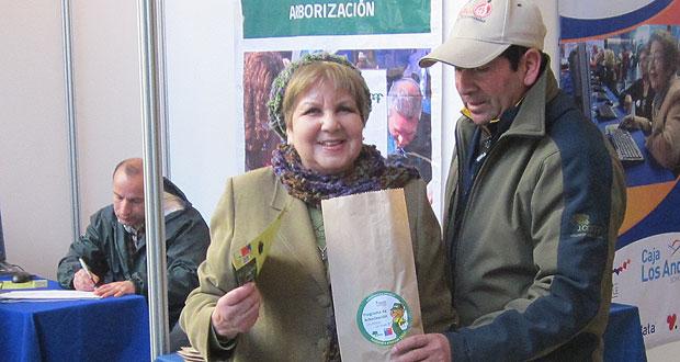 CONAF entrega árboles a asistentes de primera feria 'Chile Mayor Digital 2.0′