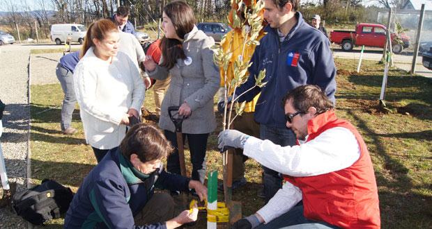 """CONAF celebró """"Día de la Juventud"""" plantando especies nativas"""