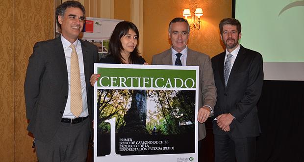 The Nature Conservancy (TNC) hizo entrega simbólica de la validación del primer bono de carbono transable en Chile al Director Ejecutivo de CONAF