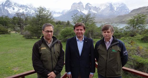 El Superintendente del Parque Nacional Torres del Paine, Federico Hechenleitner, el Intendente de Magallanes y Antártica Chilena, Claudio Radonich,y el Director Regional de CONAF, José Fernández.