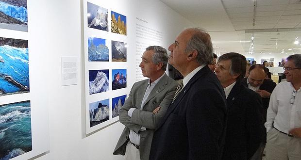 Exposición fotográfica en Santiago destaca fragilidad del patrimonio natural del Parque Nacional Torres del Paine.