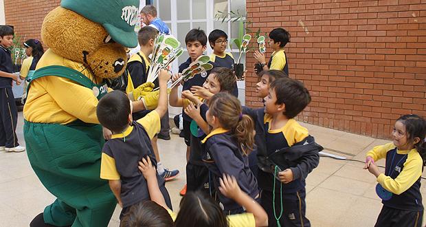 Junto a Forestín,  la mascota institucional de CONAF, funcionarias del Departamento Forestal  de la institución pública, visitaron los colegios San Esteban y The Antofagasta International School.