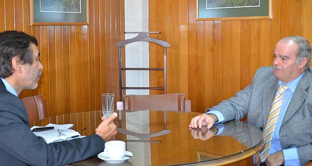 Roberto Cornejo, nuevo presidente de los ingenieros forestales, con Director Ejecutivo de CONAF, Aarón Cavieres.