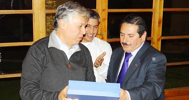 El ministro de agricultura, Carlos Fourche, recibió un especial reconocimiento por parte de las funcionarias y funcionarios de la Corporación Nacional Forestal, el que fue entregado por el Director Regional (S) de CONAF, Andrés Herrera Maldonado.