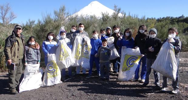 Un total de 10 sacos de basura y escombros se retiraron del Parque Nacional Vicente Pérez Rosales, esto producto del operativo de limpieza que se organizó con motivo de la celebración de los 88 años del Parque, el más antiguo de Chile.