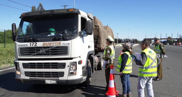 CONAF realiza rigurosa fiscalización al transporte de productos primarios del bosque nativo en Plaza de Peaje Quinta en Chimbarongo.