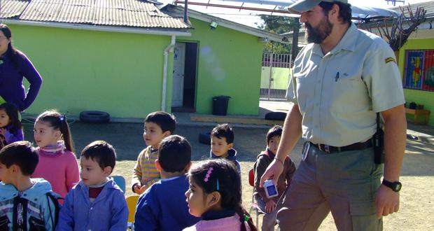 Guardaparque en actividad de educación ambiental.