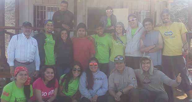 Voluntarios en el Parque Nacional Morro Moreno, de la Región de Antofagasta.