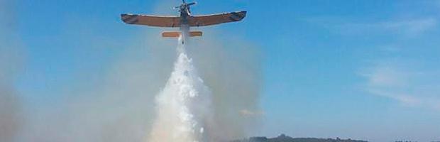 CONAF combate incendio forestal que mantiene con alerta roja a Algarrobo