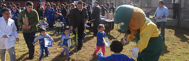 CONAF Valparaíso planta árboles en Hospital del Salvador y celebra Día de la Tierra