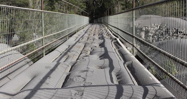 Pasarelas, producto de la ceniza caída por la erupción del volcán Calbuco, quedaron en mal estado.