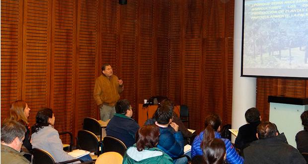 Luis González, de la Universidad de Chile, expone los resultados del proyecto 'Capacitación del pequeño (a) propietario para la producción de plantas de jubaea chilensis y especies nodrizas a una escala familiar'