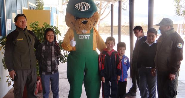 Forestín visitó a los niños  de la Escuela San Enrique y les entregó sabios consejos para el cuidado del entorno.