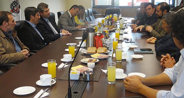 Reunión entre delegación argentina encabezada por el intendente de Villa Pehuenia Moquehua, el intendente Andrés Jouannet y el equipo de CONAF.