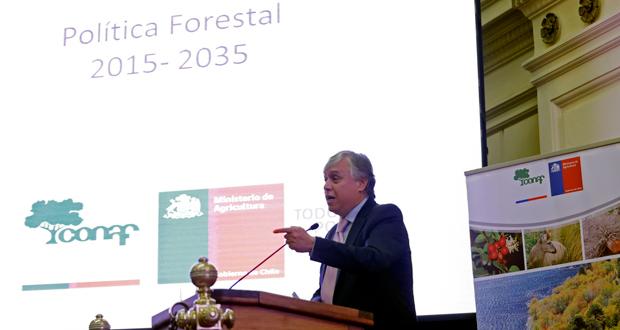 El Ministro de Agricultura, Carlos Furche, recibió hoy y oficializó el documento de Política Forestal 2015-2035.