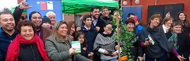 MINVU y CONAF plantan árboles en condominio Independencia de Talca