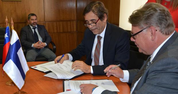 Ministro de Asuntos Exteriores de Finlandia, Timo Soini, y el Director Ejecutivo de CONAF, Aarón Cavieres.