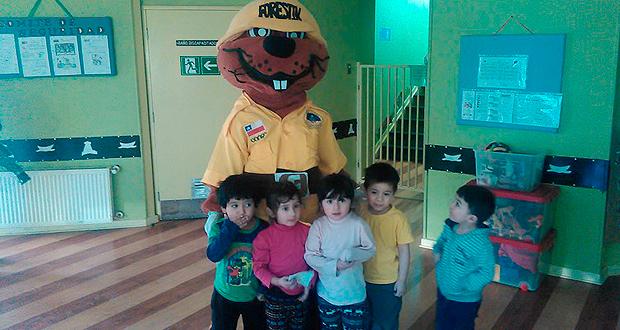 Forestín visitó a habitantes, jardín infantil y servicios públicos de Puerto Williams para entregar mensajes de prevención de incendios forestales.