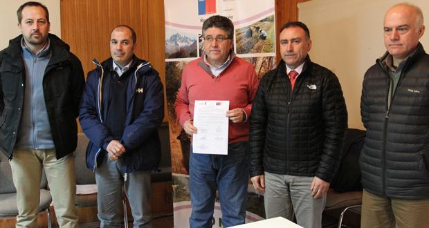 Durante la ceremonia también se firmó un convenio entre CONAF y la municipalidad de Cochrane, orientado a potenciar el apoyo mutuo para la entrega de árboles.