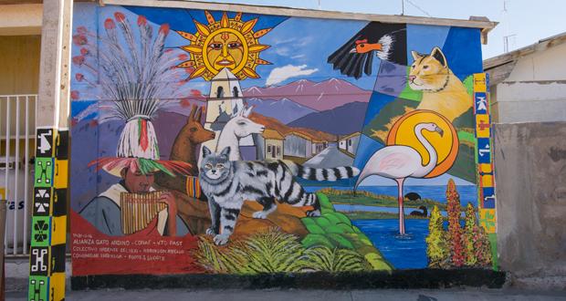 Mural del gato andino y su ambiente se ubica en el frontis de la escuela básica de Enquelga, localidad ubicada al interior del Parque Nacional Volcán Isluga.