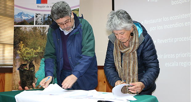 La Rectora de casa de estudios, María Teresa Marshall y el Director Regional de la Corporación Nacional Forestal (CONAF), Leonardo Yáñez, firmaron el convenio de colaboración.