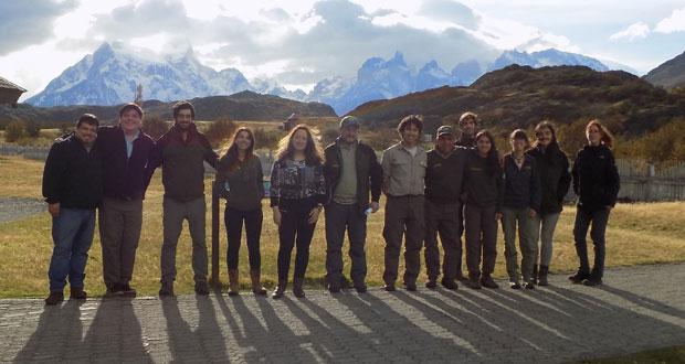 Equipo CONAF que se trasladó al Parque Nacional Torres del Paine para evaluar la presencia de lesiones que afectarían a algunos huemules que habitan en esta área silvestre.