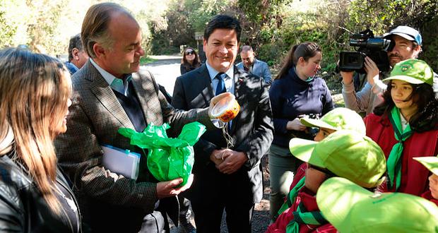 El Ministro de Agricultura, Antonio Walker, junto al director ejecutivo de la Corporación Nacional Forestal (CONAF), José Manuel Rebolledo, visitó el parque nacional La Campana en la región de Valparaíso.