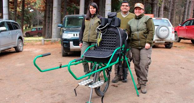 Estos monociclos permiten que personas que no pueden movilizarse solas o sin el uso de sillas de ruedas, sean transportadas por senderos rústicos por dos personas.