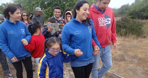 28 estudiantes de la escuela especial Las Dalias, de Viña del Mar, visitaron gratuitamente el sendero de libre accesibilidad, Los Coipos, de la Reserva Nacional Lago Peñuelas.