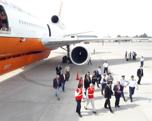 Inspección al avión DC 10 por parte de autoridades, encabezadas por el ministro (s) del Interior, Rodrigo Ubilla.