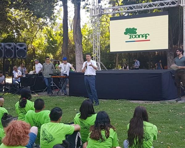 En gerente de Áreas Silvestres Protegidas de CONAF, Richard Torres Pinilla, despide a  jóvenes, antes de su partida a parques del centro, sur y zona austral del país.