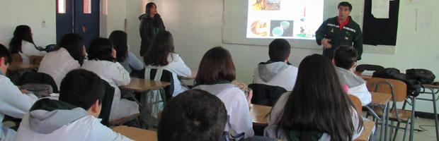 CONAF realiza charlas sobre prevención de incendios forestales en Liceo de Tomé