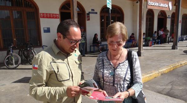 En la estación Limache de Metro Valparaíso, guardaparques de la Corporación Nacional Forestal (CONAF) invitaron a vecinos y turistas a conocer el Parque Nacional La Campana.