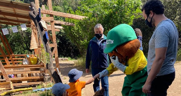 La Corporación Nacional Forestal entrega permanentemente distintas especies originarias para reforestar la zona precordillerana de Santiago, donde se encuentra ubicada esta iniciativa ambiental.