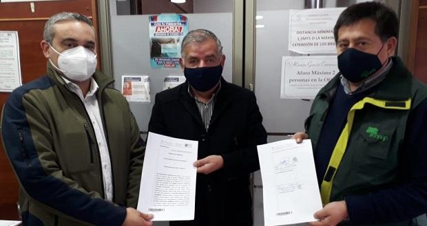 Hugo Inostroza y el director regional de CONAF, Francisco Pozo, firmaron un convenio comodato para la habilitación de un inmueble municipal para uso como base de brigada, en el sector de Las Corrientes.